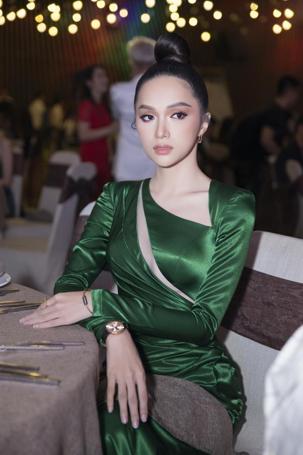 Hương Giang chọn kiểu búi tóc cao, váy xanh sang trọng để thể hiện vẻ đẹp quyến rũ của một hoa hậu trong đêm tiệc.