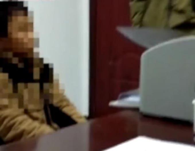 Wu tại sở cảnh sát sau khi bị bắt vì đâm chết mẹ. Ảnh: Beijing News.