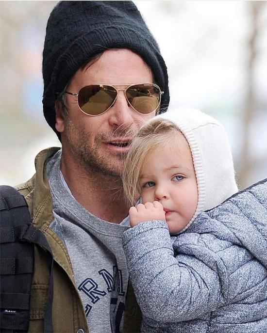 Một khoảnh khắc đáng yêu của bé Lea và bố trên đường phố New York hôm 5/12 được paparazzi ghi lại. Công chúa nhỏ mặc kín mít, chỉ lộ ra gương mặt bầu bĩnh với đôi mắt xanh to tròn. Lea mải mê mút ngón tay khi được bố bế đi dạo.