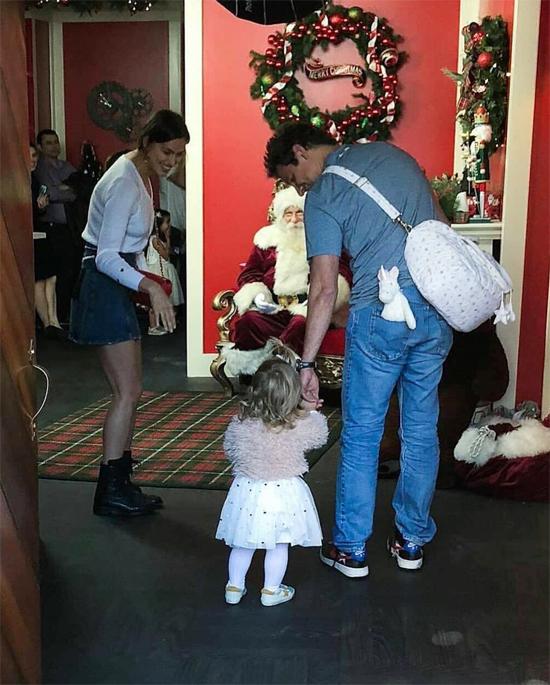 Cặp sao khuyến khích con gái nhỏ tới cạnh Santa Claus.