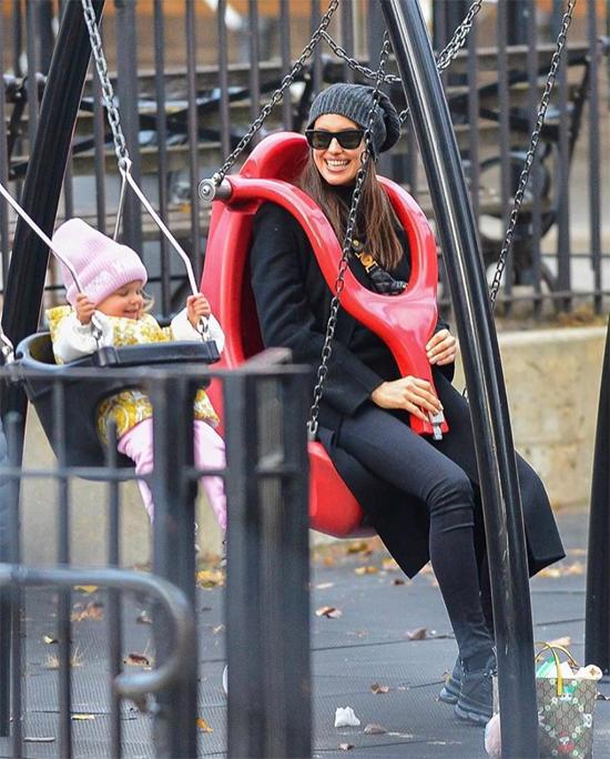 Hai mẹ con Irina chơi xích đu trong công viên.