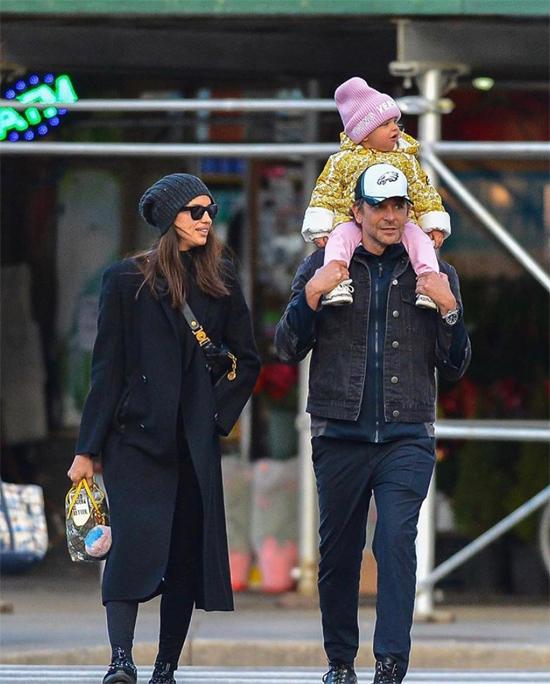Một ngày trước đó, Bradley Cooper và Irina Shayk cũng kiệu con đi chơi. Dù tiết trời mùa đông lạnh lẽo ở New York, cặp sao vẫn tích cực cho con gái 20 tháng tuổi ra phố.