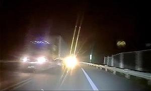 Xe container bật đèn pha, ép đường trên cao tốc