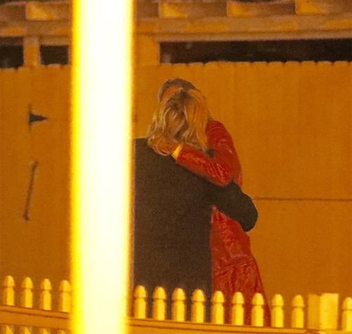 Cả hai gây chú ý khi dừng lại sau hàng rào và bắt đầu hôn nhau đắm đuối.