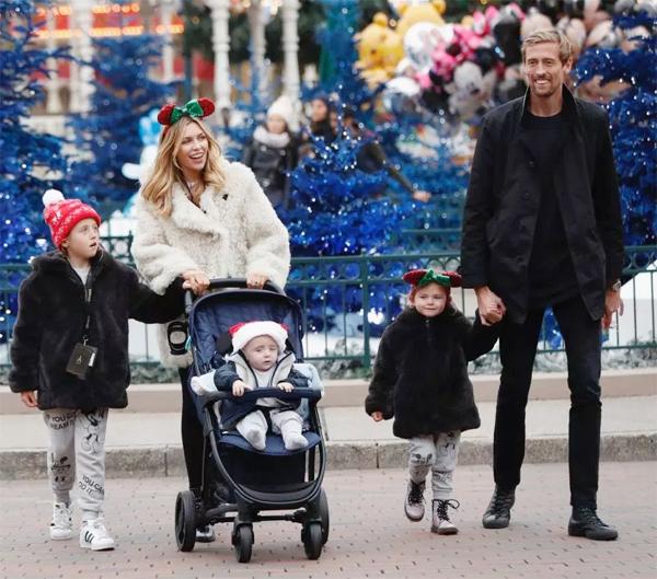 Gia đình tiền đạo Stoke City đi chơi ở Disneyland Paris tháng trước.