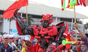 Fan cải trang robot cao 2 m cổ vũ tuyển Việt Nam