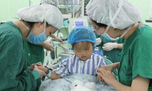 Bé gái Trung Quốc 3 tuổi phẫu thuật ung thư vú