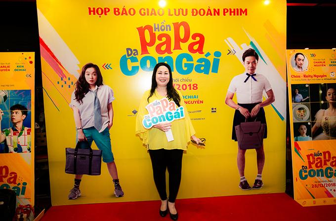 NSND Hồng Vân đảm nhận vai diễn người phụ nữ đồng bóng, theo đuổi nhân vật của Thái Hòa trong phim.