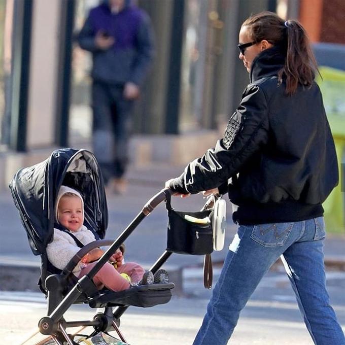 Lát sau, Lea cười tít khi được mẹ đón về nhà.