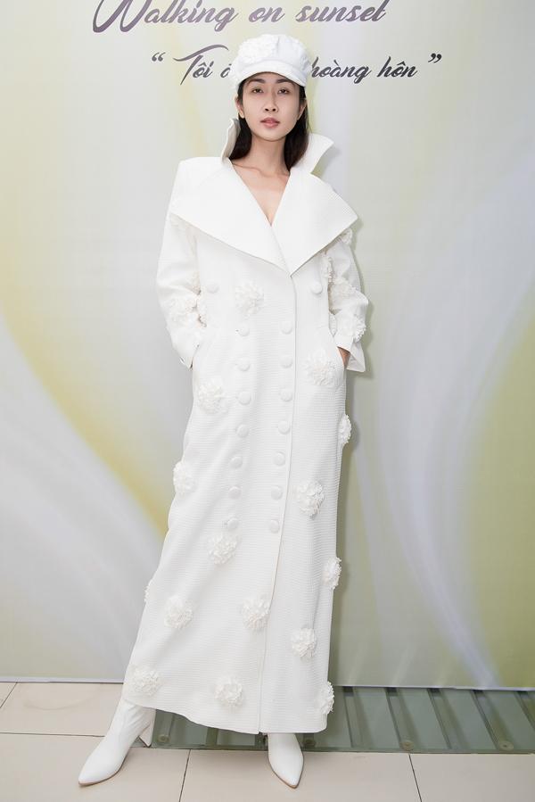 Chương trình thời trang Tôi đi giữa hoàng hôn sẽ diễn ra vào ngày 9/12 tạiĐà Lạt. Show diễn có sự tham gia của nhiều oa hậu, ámẫu, người mẫu nổi tiếng. Phần âm nhạc do danh ca Tuấn Ngọc, Nam Em - Hà Thu, Âu Bảo Ngân thể hiện.