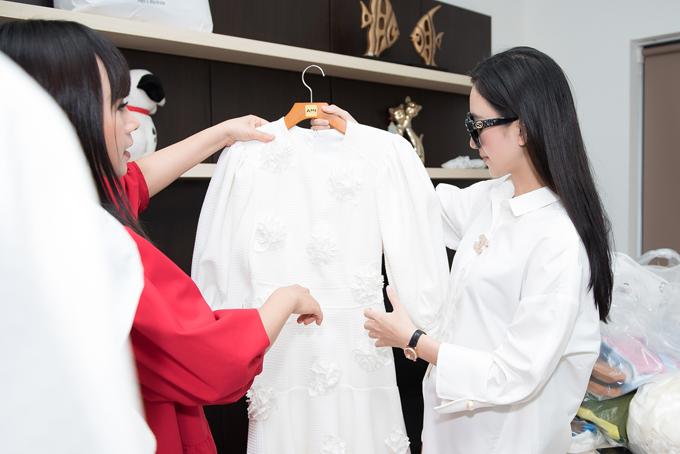 Hà Thu được nhà thiết kế Hằng Nguyễn tư vấn và hỗ trợ tận tình trong quá trình chọn váy áo để tham dự show diễn Tôi đi giữa hoàng hôn.