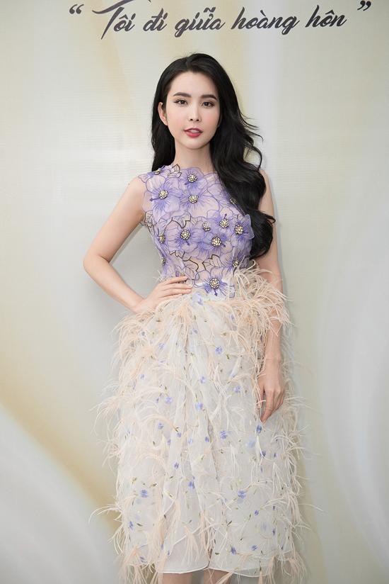 Người đẹp vừa hoàn thành một buổi chụp ảnh đã lập tức đến tham gia thử trang phục. Trong chương trình, cô được nhà thiết kế Hằng Nguyễn giao trọng tráchmở màn cho phần trình diễn áo dài.