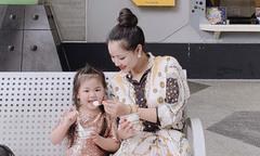 Maya đưa con gái cùng đi công tác Singapore