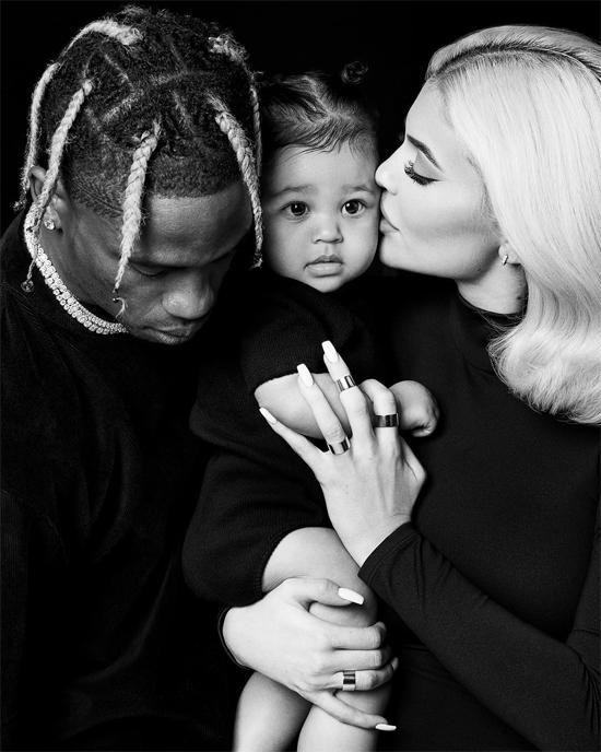 Travis gọi Kylie là vợ và rất yêu chiều hai mẹ con cô.