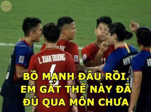 Đình Trọng gắt không kém gì Duy Mạnh khichỉ thẳng mặt cầu thủ Philippines chơi xấu, bảo vệ em út Văn Hậu.