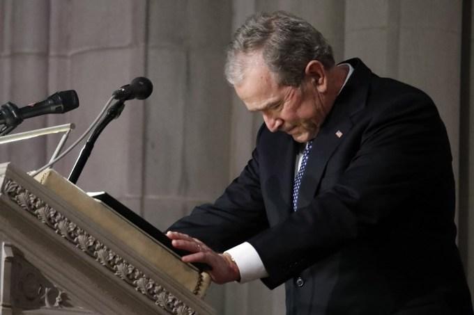 Ông Bush xúc động khi đọc bài phát biểu tại đám tang cha. Ảnh: AFP.