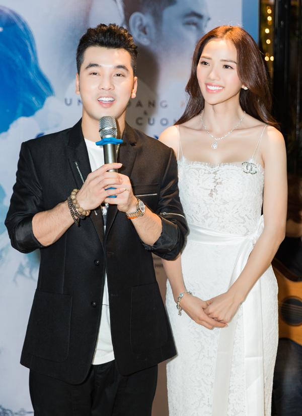 Trong buổi tiệc giọng ca Thà rằng như thế công bố phát hành MV mới Ta vẫn còn yêu tặng vợ. Sản phẩm ghi lại những hình ảnh ngọt ngào, hạnh phúc của hai vợ chồng trong hôn lễ tại TP HCM cũng như kỷ niệm khi họ đi Đà Nẵng, Phú Quốc chụp ảnh cưới.