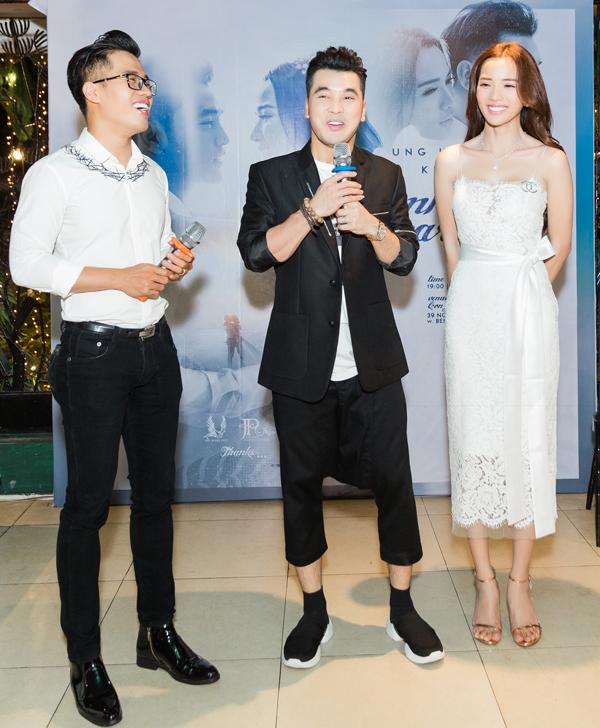 MC Quốc Bình (trái) giúp nam ca sĩ cầm trịch buổi tiệc.