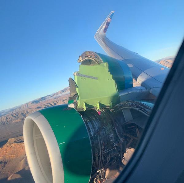 Vỏ nắp động cơ của chiếc Airbus thuộc hãng hàng không Frontier Airlines bị bật tung ra hôm 30/11. Ảnh: Estela Ponce.