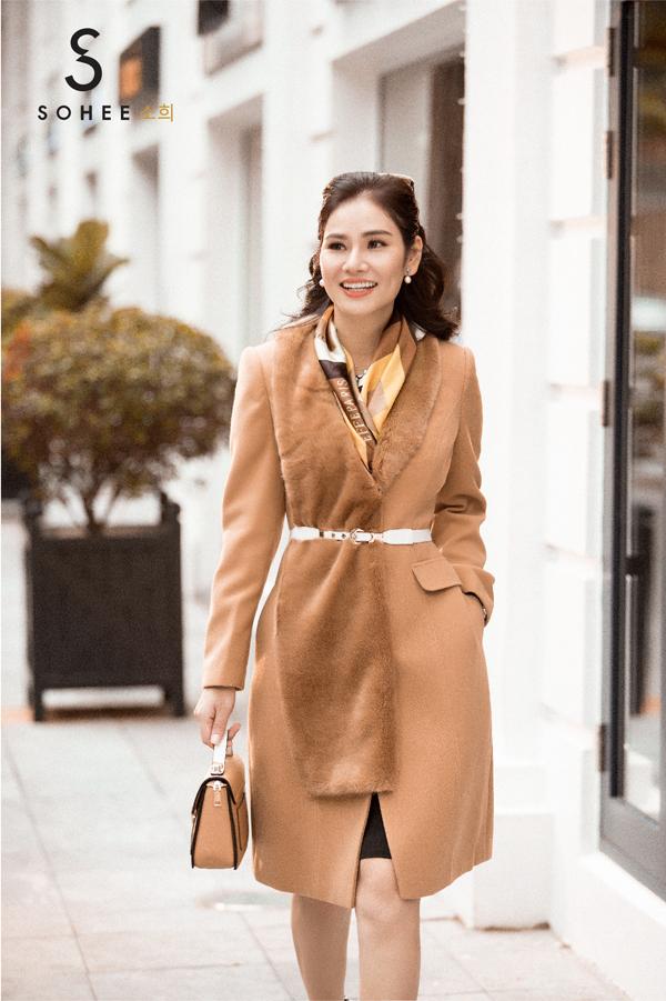 CEO Hà Bùi vừathực hiện bộ ảnh đường phố với những mẫu áo khoác dạ mới của Sohee - thương hiệu thời trang công sở cao cấp mà chị làm giám đốc điều hành.