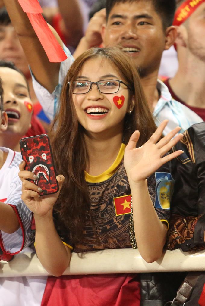 Bạn gái và 'người yêu tin đồn' tươi hết cỡ ra đón Quang Hải, Văn Đức