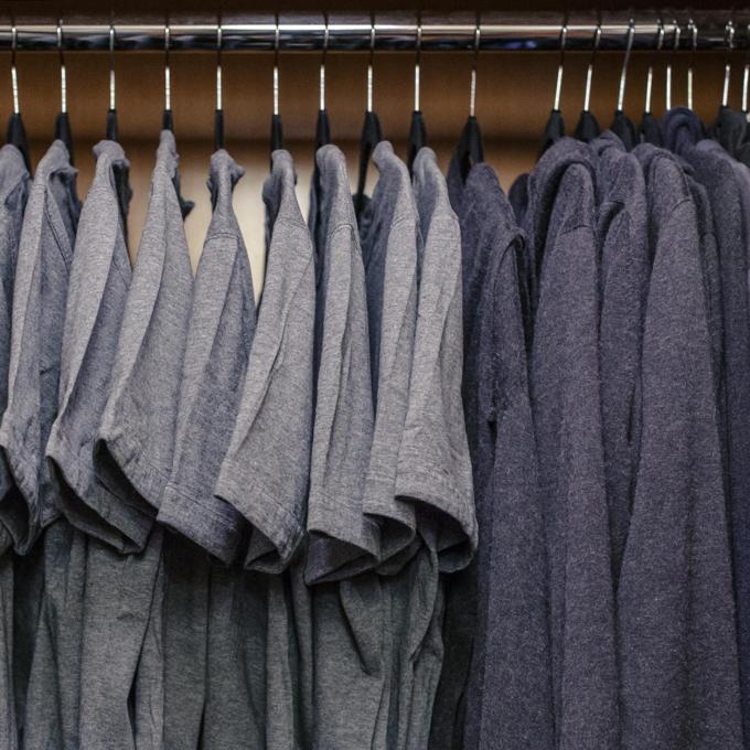 Tủ quần áo được Mark Zuckerberg đem ra khoe,phân vân không biết chọn cái nào trong ngày trở lại công tysau kỳ nghỉ chăm em bé. Ảnh: Facebook.