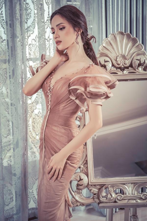 Hương Giang, Băng Di đọ dáng với váy họa tiết 3D - 1