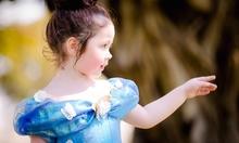 Con gái Elly Trần thuyết phục mẹ đến trường xem văn nghệ