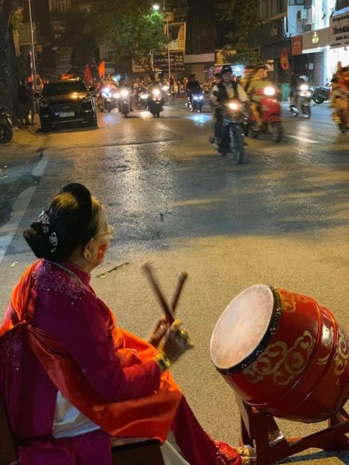 Giữa con phố Phan Bội Châu tập nấp người qua ăn mừng chiến thắng của đội nhà trong trận chiến lượt đi với