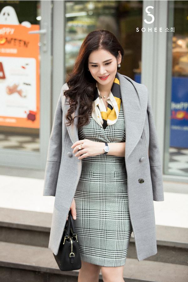 Bộ sưu tập Queen of Shine do chính doanh nhân Hà Bùi lên ý tưởng thiết kế. Nữ CEO 8x chia sẻ,vẻ đẹp yêu kiều, quý phái của những quý cô Pháp thanh lịch, thời thượng chính là nguồn cảm hứng đểchị bắt tay thiết kế bộ sưu tập này.