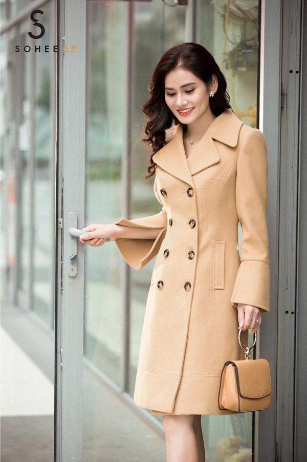 Không chạy theo kiểu dángoversize như nhiều thương hiệu công sở khác, Sohee trung thành với kiểu dáng áo khoác có độ ôm vừa phải và hơi thắt ở vòng eo, nhằm tạo đường cong nữ tính của phái đẹp chốn văn phòng.