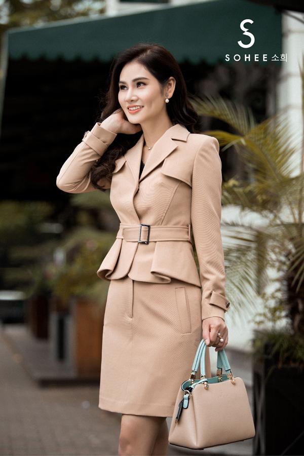 Lấy cảm hứng từphong cách cổ điện hiện đại, những mẫu vest đầm thiết kế trong BST mới mang nét tinh tế, tôn vinh nét đẹp cá nhân của người phụ nữ.