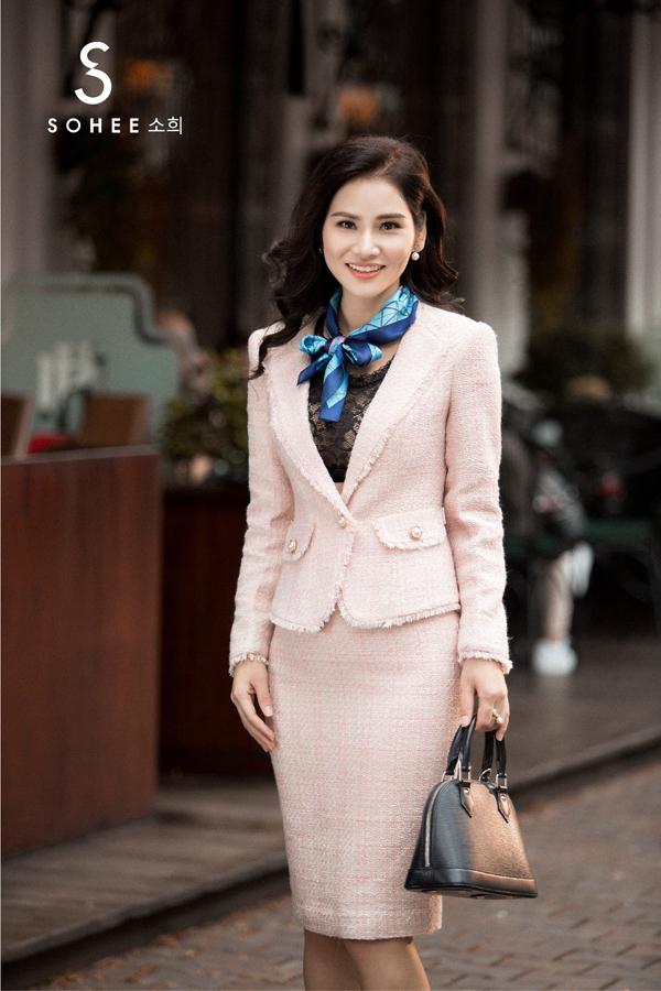 Những set trang phục quý phái được thiết kế bằng chất liệu vải tweed, đượcChanel khởi xướngtừ thập niên 50-60 của thế kỷ trước. Đến nay, chất liệu vải này vẫn được nhiều hãng thời trang cao cấp ưa chuộng vào mùa thu đông và Sohee cũng không ngoại lệ.