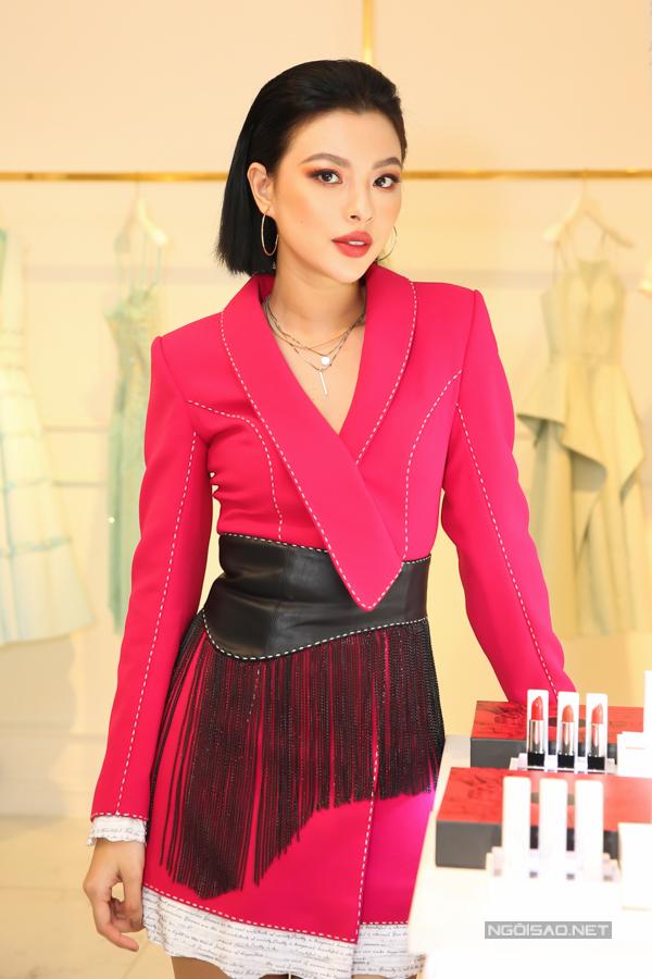 Tú Hảo phối đồ cá tính cùng áo vest biến thể gam hồng cánh sen và belt da đính tua rua.
