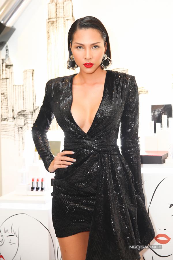 Siêu mẫu Minh Triệu gây ấn tượng với thiết kế váy cổ chữ V táo bạo. Chất liệu vải ánh kim hợp xu hướng khiến cô càng nổi bật hơn.