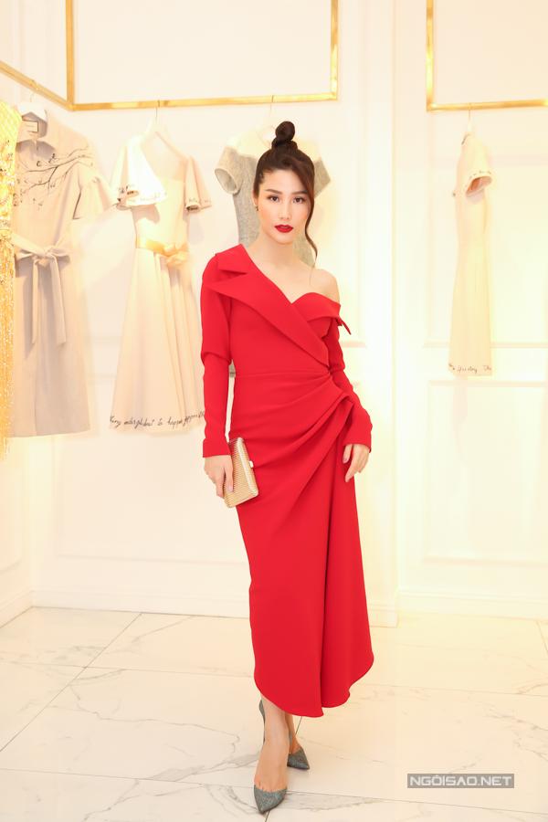 Diễm My 9x thể hiện vẻ đẹp hiện đại và cá tính cùng kiểu váy cổ vest biến tấu theo mốt bất đối xứng.