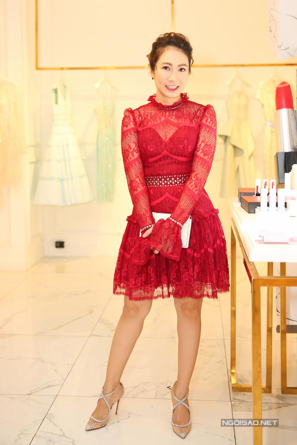 MC Thanh Thảo sexy một cách ý nhị với kiểu váy ren đỏ xuyên thấu.