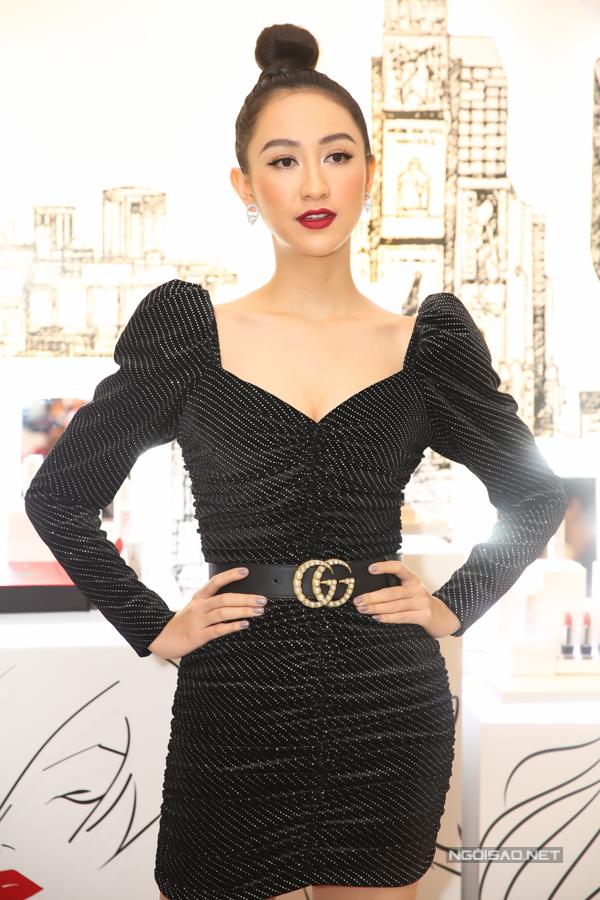 Hà Thu thể hiện sự sành điệu cùng xu hướng váy áo lấp lánh được ưa chuộng ở mùa lễ hội.