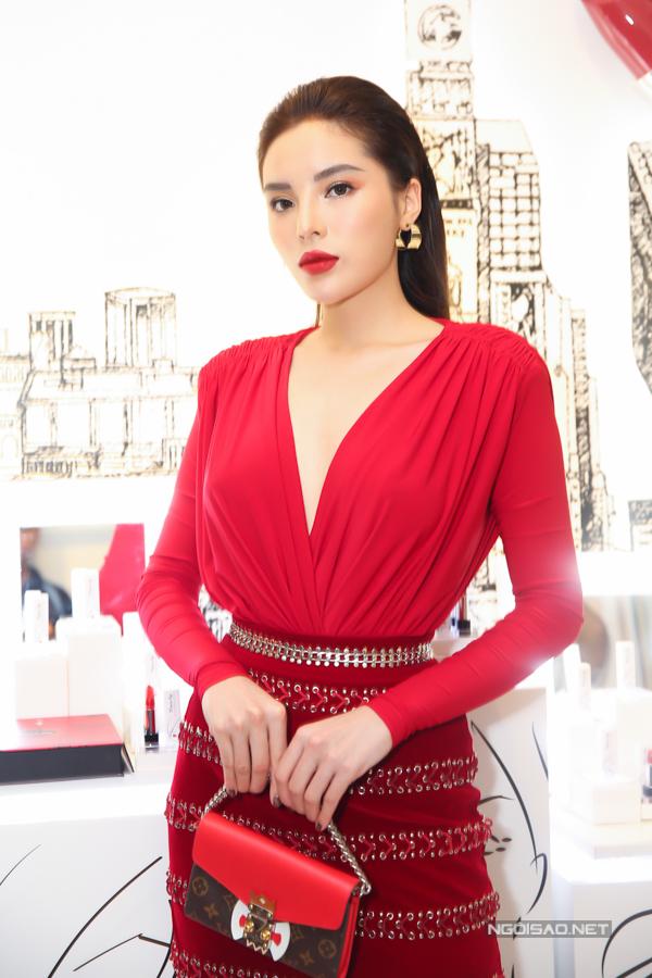 Hoa hậu Kỳ Duyên và các người đẹp cùng chọn các kiểu áo xẻ ngực, váy tôn nét sexy khi đến chúc mừng Lê Thanh Hòa.