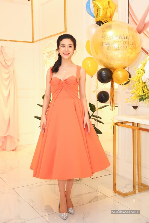 Á hậu Thúy An tạo nên nét riêng biệt khi sử dụng váy tạo khối ấn tượng để chưng diện.