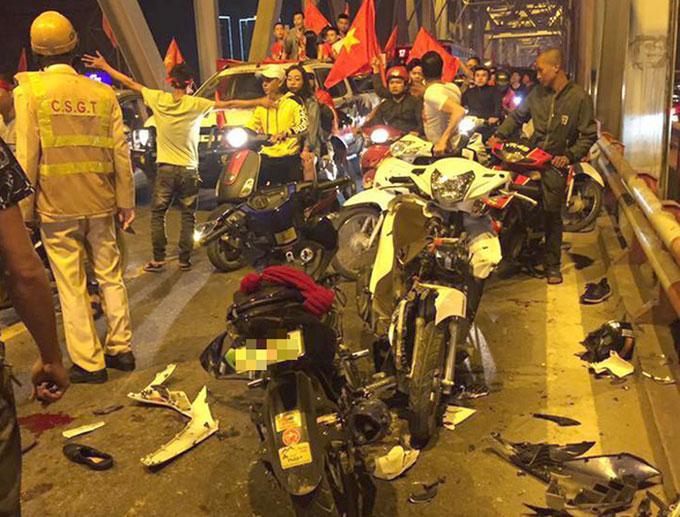 Hiện trường vụ tai nạn trên cầu Chương Dương giữa hai xe máy, khiến ít nhất hai người bị thương. Ảnh: Chu Anh