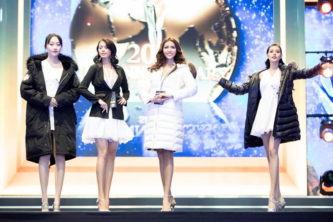 Minh Tú (áo trắng) trên sân khấu tổng duyệt tối 6/12. Ảnh: Khoa Nguyễn