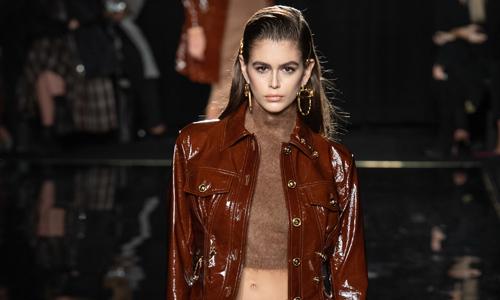 Con gái Cindy Crawford kiêu kỳ mở màn show Versace