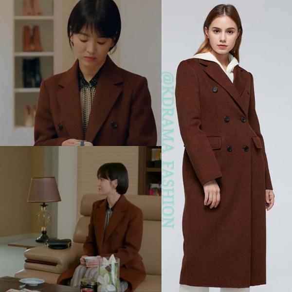 Trong Encounter Song Hye Kyo thường xuyên xuất hiện với các kiểu áo choàng hợp mốt. thiết kế của Jill Stuart bên ngoài váy họa tiết thanh lịch.