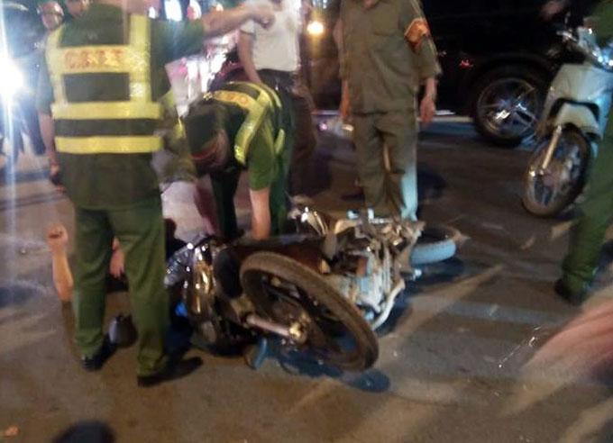 Vụ tai nạn khiến hai người đi xe máy bị thương trên ngã 5 Lê Thánh Tông-Tăng Bạt Hổ. Ảnh: Xuân Khánh