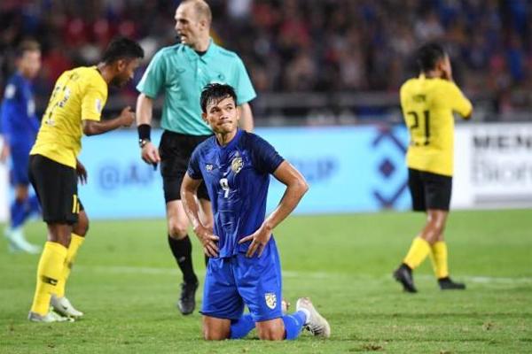 Adisak Kraison quỳ gối thất vọng sau khi bỏ lỡ cơ hội