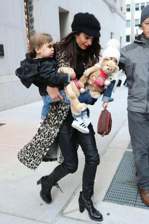Để bảo vệ con, tài tử 11 tên cướp thế kỷ ít khi để hai bé xuất hiện bên ngoài. Mỗi khi ra đường, vợ chồng Clooney thường che chắn kín mít cho các con. Đây là dịp hiếm hoi cả hai lộ diện trước ống kính.