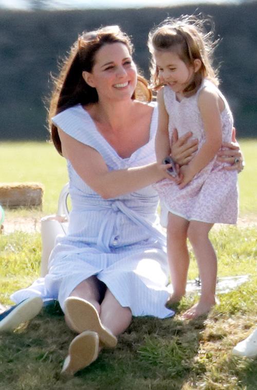 Kate và Công chúa Charlotte đi xem Hoàng tử William thi đấu polo hồi tháng 6. Ảnh: Max Mumby.