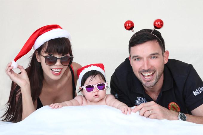 Nhân dịp Noel, vợ chồng Hà Anh đã thực hiện bộ ảnh riêng cho con gái đầu lòng. Đây là Giáng sinh đầu tiên của Myla với Cô bé Myla được bố mẹ cho mặc trang phục mang màu sắc Giáng sinh và nằm sấp tạo dáng trong studio.