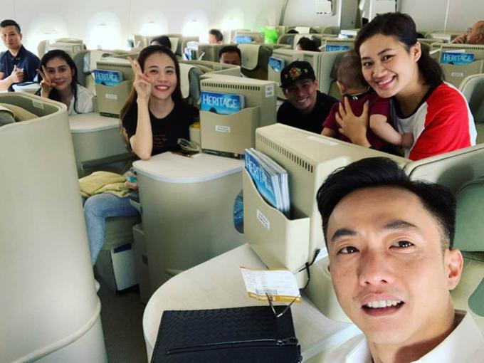 Cường Đôla pose hình cùng bạn gái Đàm Thu Trang trong chuyến bay ra Hà Nội.